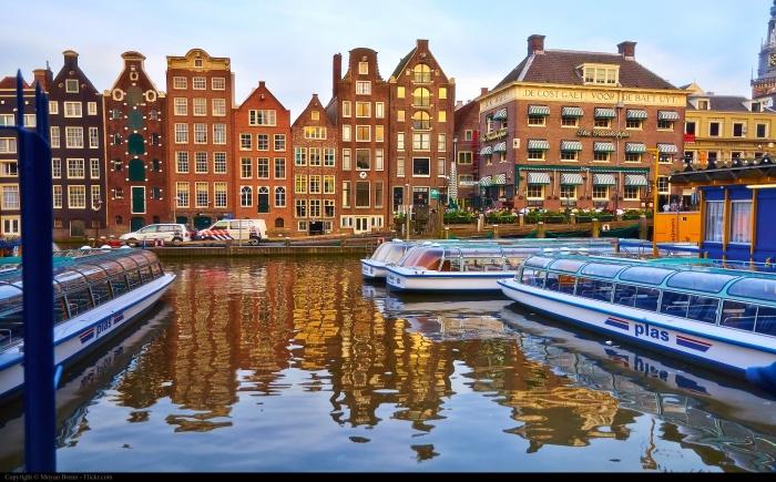 Amsterdam boat channel in Damrak_Moyan Brenn_(CC BY 2.0)